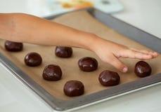 Χαριτωμένο μικρό παιδί που προετοιμάζει τα μπισκότα Χριστουγέννων Στοκ εικόνα με δικαίωμα ελεύθερης χρήσης