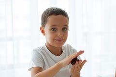 Χαριτωμένο μικρό παιδί που προετοιμάζει τα μπισκότα Χριστουγέννων Στοκ Φωτογραφία