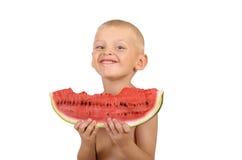 Χαριτωμένο μικρό παιδί που τρώει το καρπούζι Στοκ Εικόνες