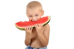 Χαριτωμένο μικρό παιδί που τρώει το καρπούζι Στοκ εικόνα με δικαίωμα ελεύθερης χρήσης