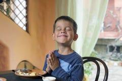Χαριτωμένο μικρό παιδί που τρώει το πρόγευμα Στοκ φωτογραφίες με δικαίωμα ελεύθερης χρήσης