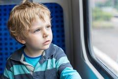 Χαριτωμένο μικρό παιδί που φαίνεται έξω παράθυρο τραίνων Στοκ φωτογραφία με δικαίωμα ελεύθερης χρήσης