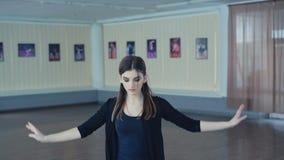 Χαριτωμένο μπαλέτο άσκησης κοριτσιών στο στούντιο χορού 4K απόθεμα βίντεο