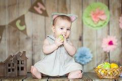 Χαριτωμένο μωρό διακοσμημένο στο Πάσχα στούντιο Στοκ εικόνα με δικαίωμα ελεύθερης χρήσης