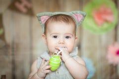 Χαριτωμένο μωρό διακοσμημένο στο Πάσχα στούντιο Στοκ φωτογραφίες με δικαίωμα ελεύθερης χρήσης