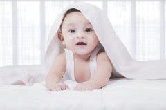 Χαριτωμένο μωρό κάτω από το κάλυμμα Στοκ φωτογραφίες με δικαίωμα ελεύθερης χρήσης
