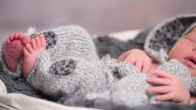 Χαριτωμένο μωρό κοιμισμένο στενά, ντυμένος ως λαγουδάκι απόθεμα βίντεο
