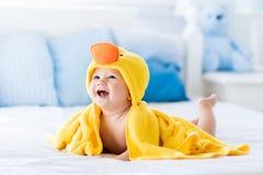 Χαριτωμένο μωρό μετά από το λουτρό στην κίτρινη πετσέτα παπιών Στοκ Εικόνες