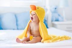 Χαριτωμένο μωρό μετά από το λουτρό στην κίτρινη πετσέτα παπιών Στοκ φωτογραφία με δικαίωμα ελεύθερης χρήσης