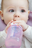 Χαριτωμένο μωρό με μια κινηματογράφηση σε πρώτο πλάνο μπουκαλιών Στοκ εικόνες με δικαίωμα ελεύθερης χρήσης