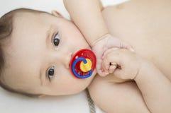 Χαριτωμένο μωρό με τα καφετιά μάτια στοκ εικόνες