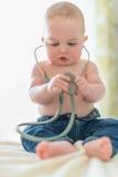 Χαριτωμένο μωρό που ακούει ένα στηθοσκόπιο Στοκ Εικόνα