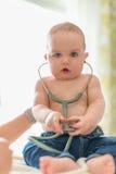 Χαριτωμένο μωρό που ακούει ένα στηθοσκόπιο Στοκ Εικόνες