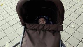 Χαριτωμένο μωρό που βρίσκεται στη μεταφορά φιλμ μικρού μήκους