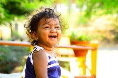 Χαριτωμένο μωρό που γελά αντιμετωπίζοντας τη κάμερα Στοκ εικόνες με δικαίωμα ελεύθερης χρήσης