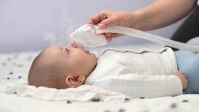 Χαριτωμένο μωρό που παίρνει την αναπνευστική θεραπεία φιλμ μικρού μήκους
