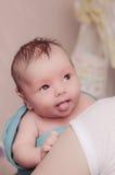 Χαριτωμένο μωρό που παρουσιάζει γλώσσα Στοκ Φωτογραφία