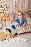 Χαριτωμένο μωρό σε ένα έλκηθρο - ευτυχία Στοκ Εικόνες