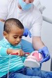 Χαριτωμένο μωρό στην οδοντική καρέκλα Στοκ φωτογραφίες με δικαίωμα ελεύθερης χρήσης