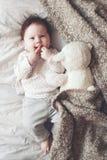 Χαριτωμένο μωρό στο κρεβάτι Στοκ Φωτογραφία
