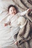 Χαριτωμένο μωρό στο κρεβάτι Στοκ εικόνες με δικαίωμα ελεύθερης χρήσης