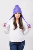 Χαριτωμένο νέο έφηβη που φορά το πορφυρό καπέλο beanie στοκ φωτογραφία με δικαίωμα ελεύθερης χρήσης