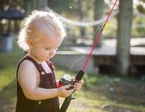 Χαριτωμένο νέο αγόρι με αλιεύοντας Πολωνό στη λίμνη Στοκ Εικόνες