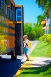 Χαριτωμένο νέο αγόρι, παιδί που παίρνει στο σχολικό λεωφορείο, έτοιμο να πάει στο σχολείο Στοκ Φωτογραφία