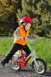 Χαριτωμένο νέο αγόρι που οδηγά το ποδήλατό του Στοκ Φωτογραφίες
