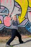 Χαριτωμένο νέο αγόρι που προσποιείται να είναι Στοκ εικόνες με δικαίωμα ελεύθερης χρήσης