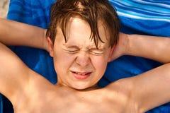 Χαριτωμένο νέο αγόρι στους περίβολους παραλιών στοκ εικόνα με δικαίωμα ελεύθερης χρήσης