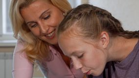 Χαριτωμένο νέο κορίτσι και ο δάσκαλός της που εργάζονται στο πρόγραμμα τέχνης από κοινού απόθεμα βίντεο