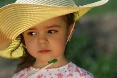 Χαριτωμένο νέο κορίτσι με το κίτρινο καπέλο αχύρου Στοκ Εικόνες