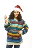 Χαριτωμένο νέο πραγματικό αφρικανικό κορίτσι hipster santas καπέλο που απομονώνεται στο κόκκινο Στοκ Εικόνες