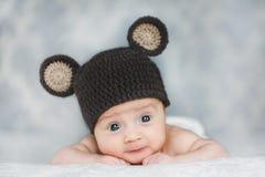Χαριτωμένο νεογέννητο αγοράκι σε ένα καπέλο Στοκ Φωτογραφίες