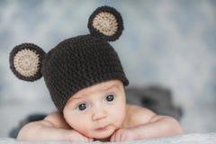 Χαριτωμένο νεογέννητο αγοράκι σε ένα καπέλο Στοκ φωτογραφία με δικαίωμα ελεύθερης χρήσης