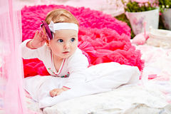 Χαριτωμένο νεογέννητο κορίτσι που χαμογελά στη χλόη Στοκ εικόνες με δικαίωμα ελεύθερης χρήσης