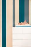 Χαριτωμένο νεογέννητο να βρεθεί σε ένα κομό Στοκ εικόνες με δικαίωμα ελεύθερης χρήσης