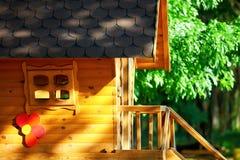 Χαριτωμένο ξύλινο σπίτι παιδιών, υπαίθρια Στοκ Φωτογραφίες