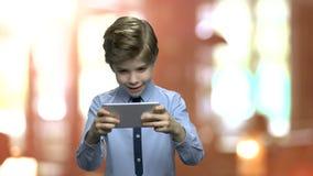 Χαριτωμένο παίζοντας παιχνίδι μικρών παιδιών στο τηλέφωνο απόθεμα βίντεο