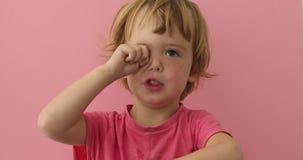 Χαριτωμένο παιδί που τρίβει το μάτι με το παχουλό χέρι φιλμ μικρού μήκους