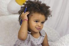 Χαριτωμένο παιδί σχετικά με τη σγουρή τρίχα στοκ εικόνες με δικαίωμα ελεύθερης χρήσης
