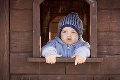 Χαριτωμένο παιχνίδι αγοριών μικρών παιδιών στην παιδική χαρά Στοκ Φωτογραφία