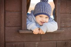 Χαριτωμένο παιχνίδι αγοριών μικρών παιδιών στην παιδική χαρά Στοκ Εικόνες