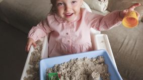 Χαριτωμένο παιχνίδι κοριτσάκι με την κινητική άμμο στο σπίτι Παιχνίδι κάστρων άμμου Πρόωρες εκπαίδευση και ανάπτυξη παιδικής ηλικ απόθεμα βίντεο