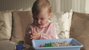 Χαριτωμένο παιχνίδι κοριτσάκι με την κινητική άμμο στο σπίτι Παιχνίδι κάστρων άμμου Πρόωρες εκπαίδευση και ανάπτυξη παιδικής ηλικ φιλμ μικρού μήκους