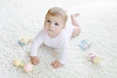 Χαριτωμένο παιχνίδι κοριτσάκι με το ζωηρόχρωμο παιχνίδι κουδουνισμάτων κρητιδογραφιών εκλεκτής ποιότητας Στοκ φωτογραφίες με δικαίωμα ελεύθερης χρήσης