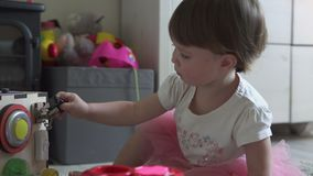 Χαριτωμένο παιχνίδι κοριτσάκι με το παιχνίδι στο σπίτι απόθεμα βίντεο