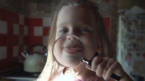 Χαριτωμένο παιχνίδι κοριτσιών με το loupe απόθεμα βίντεο
