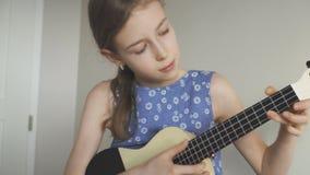 Χαριτωμένο παιχνίδι κοριτσιών ukulele απόθεμα βίντεο